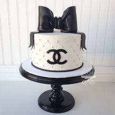 Classy and Fabulous Birthday Cakes For Women, Birthday Desserts, Birthday Cupcakes, Birthday Ideas, Coco Chanel Cake, Chanel Cupcakes, Chanel Birthday Cake, Louis Vuitton Cake, My Dream Cake