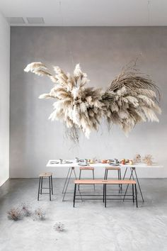 The latest craze taking the floral world by storm is pampas grass. Check out this post to see unique modern ways to use pampas grass. Interior design / home / houses / dinning table Grass Decor, Flower Installation, Deco Floral, Diy Décoration, Decoration Table, Event Decor, Interior Inspiration, Inspiration Design, Floral Arrangements