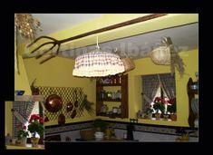 Instalación en casa de campo rustica; Detalle lámpara de techo confeccionada en estilo rustico.