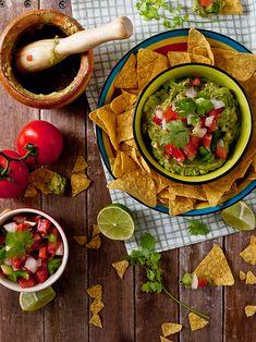 Preparamos un 'picoteo' al estilo mexicano con este guacamole con pico de gallo que nos animan a probar desde el blog JALEO EN LA COCINA.