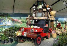 El Yipao Quindiano, es una de las expresiones mas típicas y originales que se pueden encontrar en el Quindio en el Eje Cafetero…  Yipao es como se conoce al Jeep Willys cuando está cargado.  Estos aguantadores y pintorescos carros tipo campero, de fabricación norteamericana y remanentes de la Segunda Guerra Mundial, fueron traídos al país al término del conflicto y USA decidió venderlos a precios. Jeep Willys, Jeep Cj, Find Color, Historical Pictures, Outdoor Power Equipment, Monster Trucks, Decor, Flat, World War Two