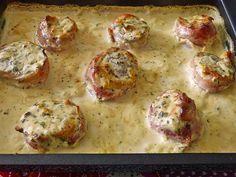 Zutaten    1 Gemüsezwiebel(n)  600 g Schweinefilet(s)  12 Scheibe/n  Bacon  1 EL Senf, scharf  2 EL Butter  250 g Sahne  150 g Fri...