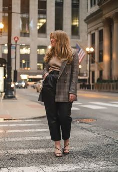 leather pants for the office Curvy Girl Outfits, Casual Work Outfits, Professional Outfits, Office Outfits, New Outfits, Office Attire, Leather Pants Outfit, 1 Rose, Autumn Winter Fashion