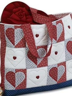This free quilting pattern features cute hearts and is perfect for a DIY Valentine's Day gift bag.