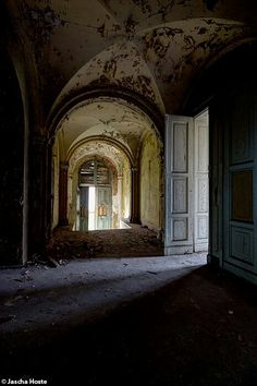 Abandoned villa in the former east Germany urbex decay www.lost-in-time-ue.nl wonka mansion