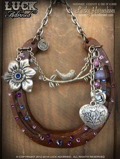 Horseshoe Projects, Horseshoe Crafts, Lucky Horseshoe, Horseshoe Art, Traditional Wedding Gifts, Decorated Shoes, Horse Crafts, Vintage Roses, Artisanal