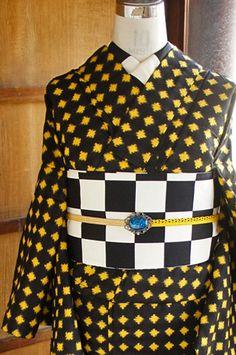 黒と黄色のバイカラーも印象的に、モダンなドット模様が織り出された銘仙袷着物です。