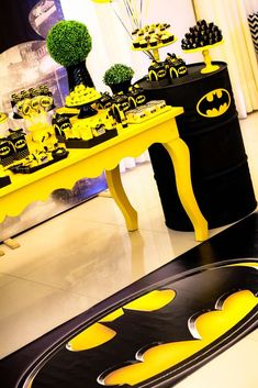 In the dark of night or a birthday, Batman saves the day! Kara's Party Ideas presents a Black and Yellow Batman Birthday Party to die for! Batman Girl, Batman And Batgirl, Batman Birthday, Boy Birthday, Birthday Party Themes, Batman Party Supplies, Knight Party, Diy Party Decorations, Batman Decorations