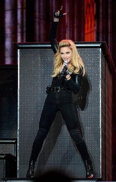 12. Шоу Мадонны плюс ее виртуальность танцевать и петь одновременно вызывают уважение