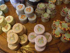 Saponette vegetali in varie fragranze in simpatiche scatole di metallo. #itesoricoloniali #saponi #saponette #vegetale #saponevegetale #regali #saponiprofumati #scatolemetallo