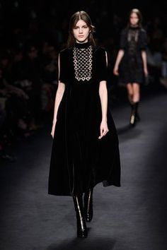 View all the catwalk photos of the Valentino autumn (fall) / winter 2015 showing at Paris fashion week. Read the article to see the full gallery. London Fashion Weeks, Fashion Week Paris, Runway Fashion, Fashion Trends, Dark Fashion, Gothic Fashion, High Fashion, Fashion Show, Fashion Outfits