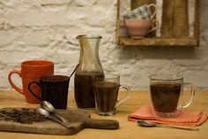 Essa receita é ideal para aqueles dias frios em que você merece uma gostosura para aquecer o clima. O chocolate quente encorpado com creme de leite fresco e chocolate meio amargo é divino.
