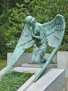 The grave of Princess Elisabeth (Rosenhöhe, Darmstadt). The angel statue is made by art nouveau artist Ludwig Habich. Dalbera via Flickr.