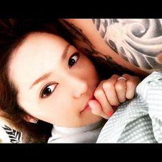 【yucarry25】さんのInstagramをピンしています。 《. 連休2日目は、家でのんびり😊 朝いつもより遅く起きて、息子の昼寝中は、パパとママも昼寝🎵 夜はみんなでテレビ見て、家族団欒のいい休日💕  #ig_japan #selfportrait #japanesebeauty #husbandandwife #tattoo #セルフィー #自撮り #ポートレート #撮影 #被写体 #メイク #キレイ #美容 #自己満 #美意識 #夫婦 #妻 #家族 #仲良し #ラブラブ #タトゥー #刺青 #桜 #和 #かっこいい #幸せ #笑顔 #まったり #休日》
