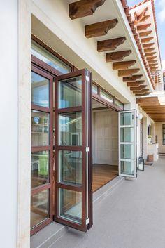 Puerta plegable de madera blanca en el interior, aluminio imitación madera al exterior. #ventana #ventanademadera #madera #multivi #puertademadera #puerta #cancel #hechoenmexico