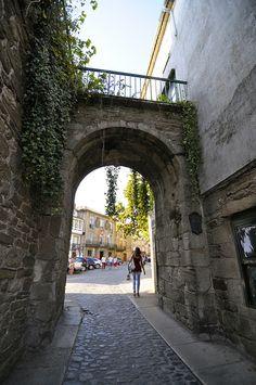 ¿Sabías que ésta es la única puerta de la muralla medieval de Santiago que todavía se conserva? Según los relatos del Códice Calixtino, por esta puerta entraban en la ciudad buenos vinos procedentes de Orense. #santiago #mazarelos www.hotelalbergue...