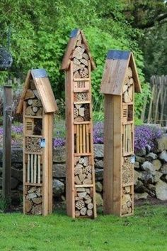 Wo ist es -Insect Hotel: Wo ist es - Do you need inspirations to make some DIY Garden Art Design Ideas in your Garden? Insekten Hotel - Modern Insekten Hotel Задекорировать забор, или К. - Už máte na zahradě hmyzí hotel? Small Patio Ideas On A Budget, Bug Hotel, Different Types Of Flowers, Garden Deco, Garden Art, Small Backyard Landscaping, Garden Types, Garden Pests, Bird Houses