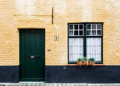 12 Tips, including picking the best house sitting website & finding the best house sits. Includes the cost of becoming a house sitter and never paying for accommodation. Feng Shui, Modern Brick House, Travel Europe Cheap, Building Facade, Canvas Designs, Rental Property, Living Room Modern, Lightroom Presets, Curb Appeal