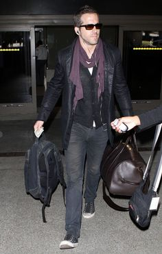 Ryan Reynolds Photos - Actor Ryan Reynolds arriving on a flight at LAX airport in Los Angeles, CA. - Ryan Reynolds Arriving On A Flight At LAX Ryan Deadpool, Modest Fashion, Men Fashion, Ryan Reynolds Style, Street Snap, Hollywood Actor, Men's Style, Casual Wear, Eye Candy