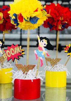 Um centrinho de mesa bonito e simples de fazer Wonder Woman Birthday, Wonder Woman Party, Mom Birthday, Hero Girl, Supergirl, Wedding Decorations, Baby Shower, Projects, Jade