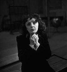 France. Édith Piaf, lors d'une répétition avec les Compagnons de la Chanson, Paris, 1950s // Emile Savitry