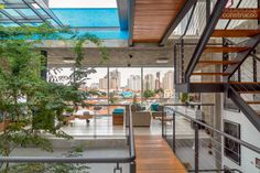 As boas ideias deste projeto: teto retrátil, clima fresco, piso frio, superescada e piso quente. Projeto de Maurício Takahashi.