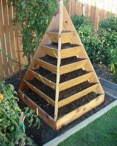 34 Awesome Vertical Garden Design Ideas And Remodel. If you are looking for Vertical Garden Design Ideas And Remodel, You come to the right place. Below are the Vertical Garden Design Ideas And Remod. Outdoor Projects, Garden Projects, Pallet Projects, Woodworking Projects, Dream Garden, Home And Garden, Herb Garden Design, Raised Garden Beds, Raised Gardens