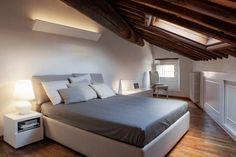 Una mansarda su due livelli nel centro storico di Lucca viene valorizzata dopo un intervento di recupero, accostando a soffitti e pavimenti in legno, pareti e arredi bianchi. http://www.mansarda.it/mansarde/binomio-legno-bianco-mansarda-lucca/