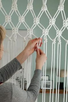 Diy Discover So basteln Sie einen Makramee-Vorhang Diy Crafts For Home crafts to do at home diy Macrame Art Macrame Projects Macrame Knots Macrame Mirror Diy Crafts To Do At Home Diy And Crafts Room Crafts Craft Stick Crafts Macrame Curtain Diy Macrame Wall Hanging, Macrame Curtain, Macrame Plant Hangers, Macrame Art, Macrame Projects, Macrame Mirror, Diy Projects, Diy Crafts To Do At Home, Diy And Crafts