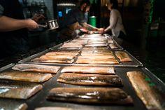 Bachforelle mit Petersiliensoße, Wildkräuter und Soba. Bei uns am Abend. #diegutebotschaft #hamburg #timmälzer Restaurant Hamburg, Griddle Pan, Food Menu, Ribs, Veggie Food, Simple, Essen, Grill Pan