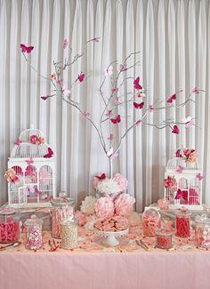 É cada decoraçao linda e fofa da ate vontade de fazer festa de 15 anos...