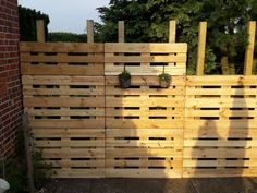 Pallet recycling privacy screen – building instructions for – garden design ideas - Modern Wood Pallet Fence, Diy Fence, Wood Pallets, Pallet Planters, Diy Garden Projects, Diy Garden Decor, Garden Ideas, Diy Jardin, Recycling
