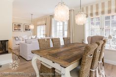 Reetdach Neubau: Esszimmer von Immofoto-Sylt New thatched roof construction: dining room by Immofoto-Sylt Shabby Chic Dining Room, Chic Living Room, Shabby Chic Kitchen, Shabby Chic Interiors, Shabby Chic Homes, Shabby Chic Decor, Rustic Wood Furniture, Shabby Chic Furniture, Home Furniture