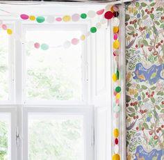 Hyödynnä ylijääneet lahjapaperit tai tapetinpalat. Ikkunanpielet heräävät eloon hauskalla koristenauhalla. / Playful drapery.