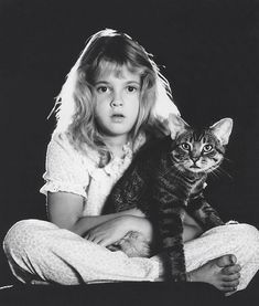 Drew Barrymore back in her E. Once a cat person always a cat person. Friendship, love, furry friends, photo b/w. Crazy Cat Lady, Crazy Cats, I Love Cats, Cool Cats, Celebrities With Cats, Animal Gato, Son Chat, Gatos Cats, Drew Barrymore