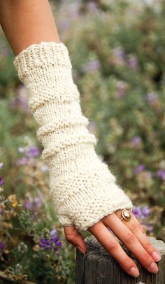 Cute fingerless gloves - Free Crochet Pattern  So pretty. I wish I knew how to knit well.