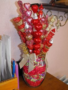Learn how to make candy bouquets – Candy Bouquet Designs books. Start Candy Bouquet and Gift Basket Business or Do it for a hobby! Valentine Gift Baskets, Valentine Day Crafts, Holiday Crafts, Valentine Ideas, Gift Bouquet, Candy Bouquet, Homemade Gifts, Diy Gifts, Amor Ideas
