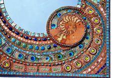 Mozaïek Ammonite, Paua shell & Peacock feather spiegel - mozaïek kunst, 55 x 67 cm,  Pauwenveren, 2 x grote ammoniet fossielen, paua shell tegels kralen, glas, moeder van de parel, edelstenen, schilderen  Ik heb engineering en ontwikkeling van interactieve Mozaïek Illuminations combinatie van gesmolten glas, handgemaakte tegels, glazen Neon, LED en Electroluminescent Draad, ook met behulp van Arduino computer programmering, benutting van zonne-energie voor een aantal van de projecten…