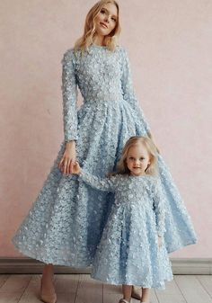 Fancy dresses Mom& daughter in one style - photo ideas of beautiful images Mommy Daughter Dresses, Mother Daughter Matching Outfits, Mother Daughter Fashion, Mom Dress, Dresses Kids Girl, Cute Dresses, Girl Outfits, Flower Girl Dresses, Prom Dresses