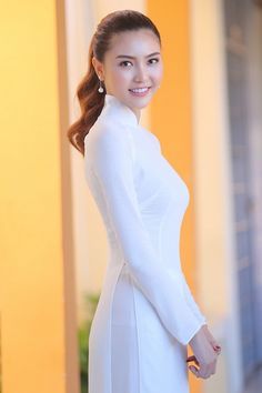 Hair and beauty Vietnamese Traditional Dress, Vietnamese Dress, Traditional Dresses, Ao Dai, Beauty Full Girl, Beauty Women, Vietnam Girl, Beautiful Asian Women, Sexy Outfits