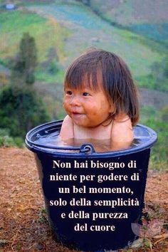 Impariamo dai bambini e dalla gente semplice ad essere felici con poco.