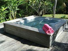 Outdoor-Whirlpool mit den gleichen Terrassenplatten verkleiden