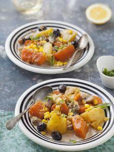 Ragoût végétarien    2 grosses pommes de terres - 2 gros oignons - 4 carottes - 1 quartier de citrouille - 4 grosses gousses d'ail - 200 g de champignons de paris - 200 g d'olives (non dénoyautées) - 100 g de maïs - 1 cubes 1/2 de bouillon aux herbes - 1 grand verre d'eau (environ 15 cl) - 50 cl de crème liquide - 2 branches de thym - persil, poivre, basilic, herbes de provence