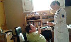 Fisioterapeuta à direita ministra fisioterapia respiratória com Respiron em Victor Vasconcelos