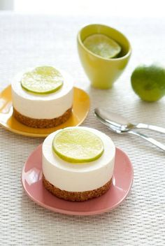 mini cheescake with lime by Flinn - maybe with a small lime wedge instead of a slice Frozen Cheesecake, Lime Cheesecake, Cheesecake Recipes, Mini Cakes, Cupcake Cakes, Easy Desserts, Dessert Recipes, Drink Recipes, Desserts With Biscuits