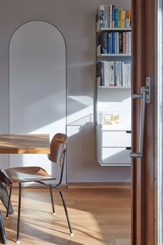 Barbican flat by Laurence Quinn features white lacquered surfaces and timber skirting Mid-century Interior, Interior Styling, Interior Architecture, Interior Design, Window Desk, London Apartment, Barbican, Dezeen, Grey Walls
