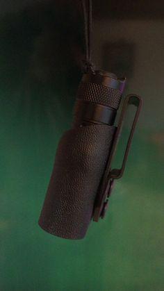 Kydex belt holder for a flashlight.                                                                                                                                                                                 Mais
