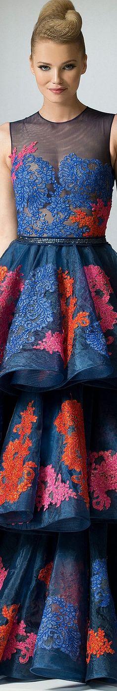 Antonios Couture Fall-winter 2015-2016  Sadelik zarafettir ama bu modelde haraketli renkleri birleştirip güzel gecelerde giyilebilecek hoş bir elbise modeli oluşturulmuş.