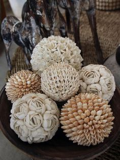 Check out these beautiful Sea Shell Ball decorations. Seashell Art, Seashell Crafts, Beach Crafts, Diy Home Crafts, Seashell Decorations, Eco Deco, Seashell Projects, Driftwood Projects, Driftwood Art