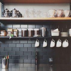42 Extraordinary Black Backsplash Kitchen Design Ideas That You Should Try White Subway Tile Bathroom, Black Subway Tiles, Subway Tile Kitchen, Kitchen Black Tiles, Black Backsplash, Kitchen Backsplash, Backsplash Ideas, Tile Ideas, Black Kitchens